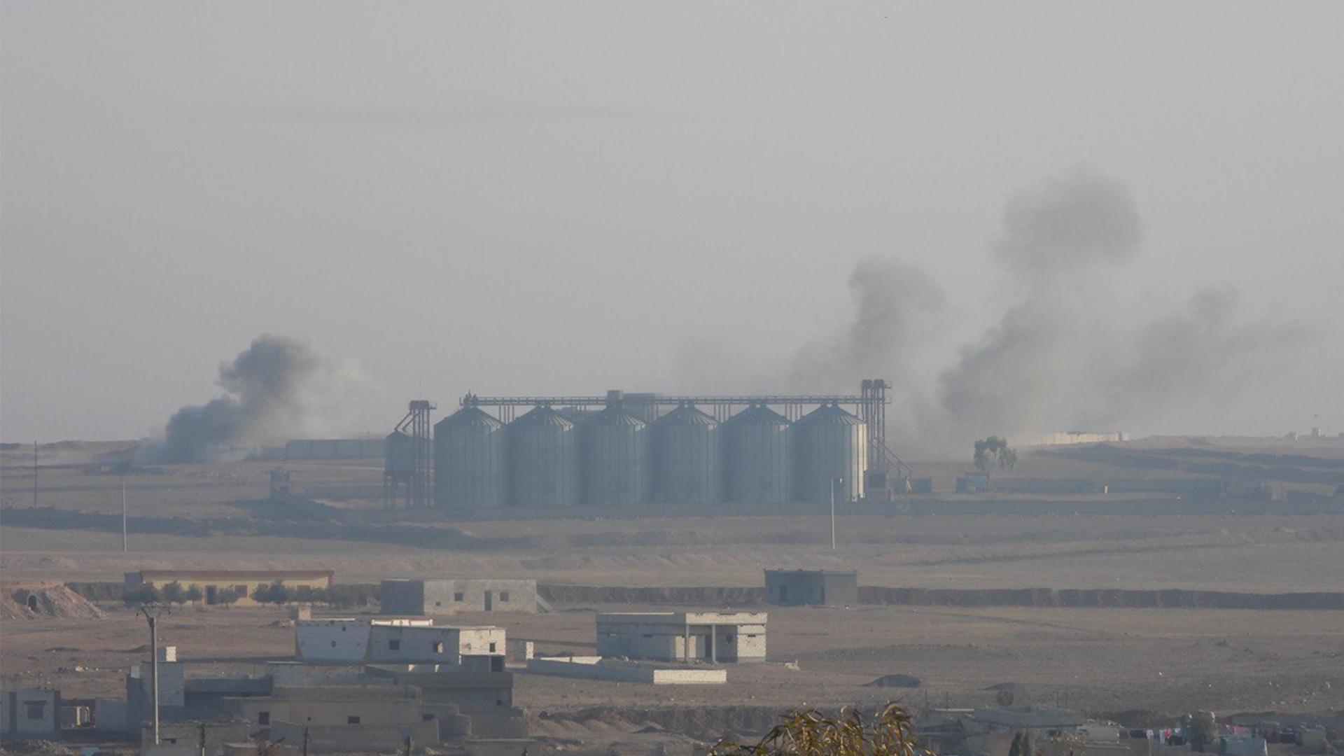 Дым поднимается с востока Айн Иссы в результате турецкого обстрела (Распространено)