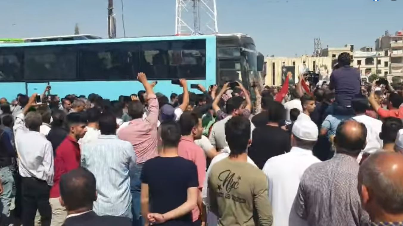 A gathering in Duma in front of the bus that carries the released detainees-circulated