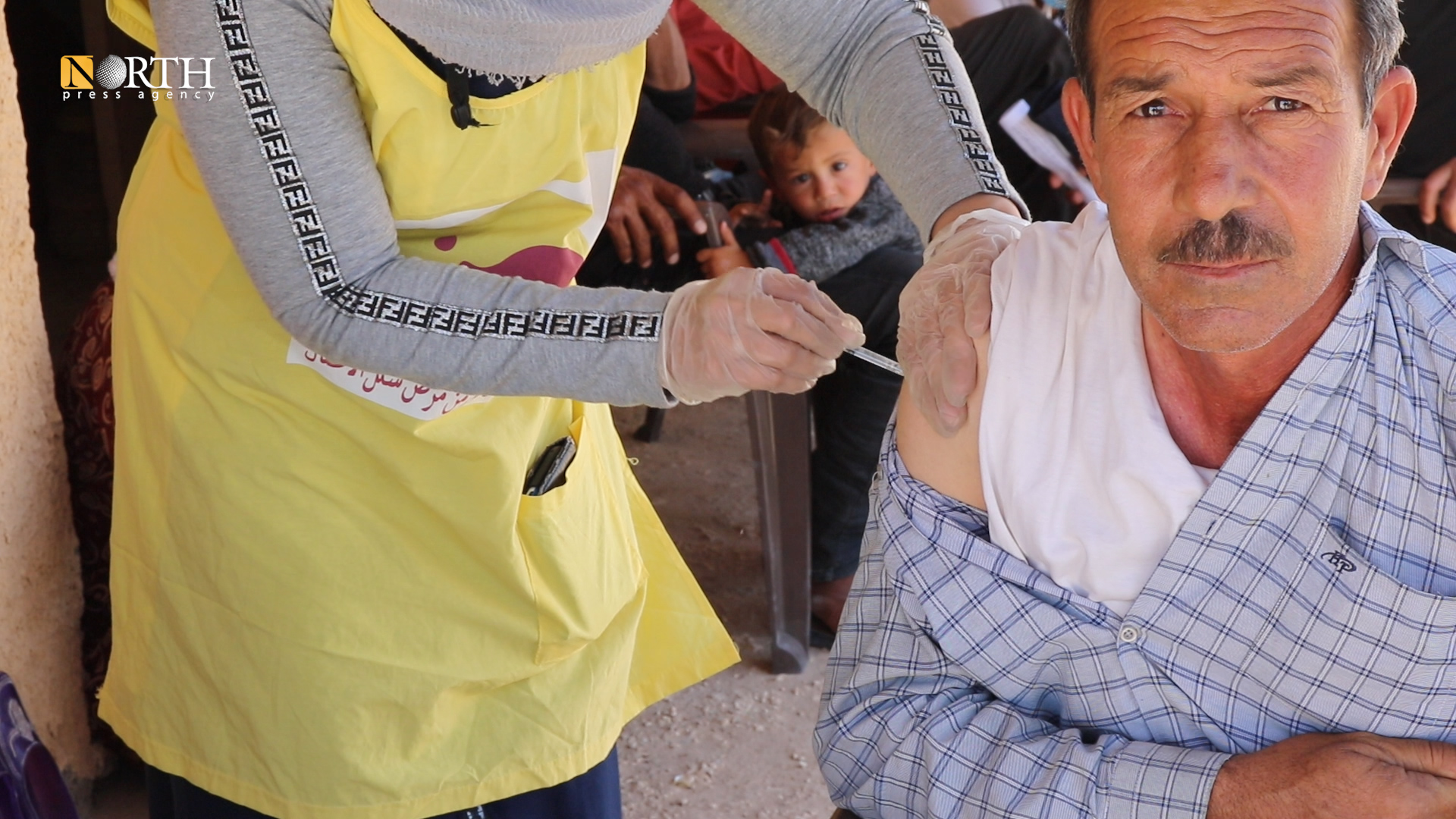 A health worker with a vaccine in Sere Kaniye Camp – North Press