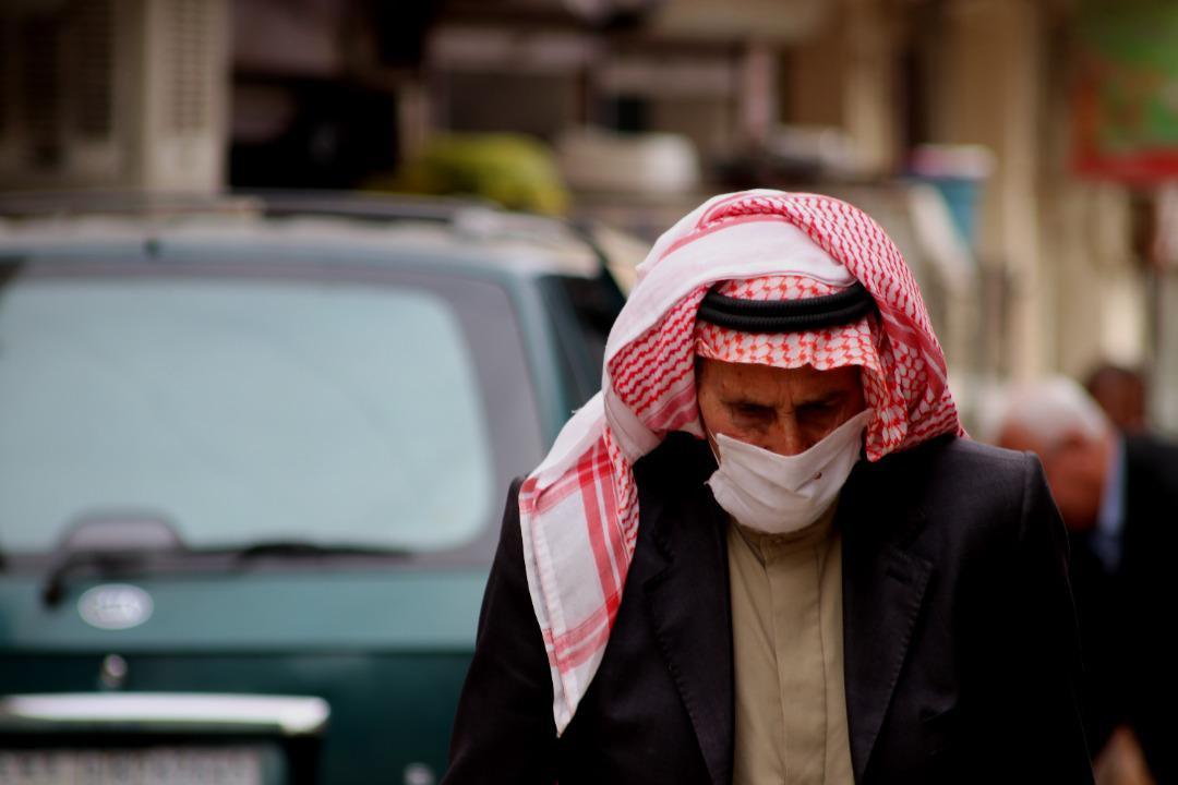 Derik, an old man walks in a street wearing a mask – North Press.